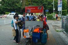 Shenzhen, China: los estudiantes de la escuela secundaria van a casa camino de casa Foto de archivo