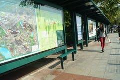 Shenzhen, China: Los visitantes miran las rutas de tráfico de las muestras de la parada de autobús Fotos de archivo
