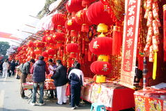 Shenzhen China: mensen om het de lentefestival te kopen Stock Afbeelding