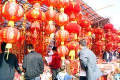 Shenzhen China: mensen om het de lentefestival te kopen Stock Foto