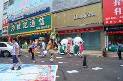 Shenzhen, China: mobile phone store promotions. Shenzhen Baoan Xixiang commercial street, May 1st Labor Day, mobile phone store promotions, lion dance, draw and Stock Photos