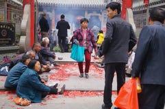 Shenzhen, China: na porta do templo são os mendigos Imagem de Stock