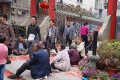 Shenzhen, China: na porta do templo são os mendigos Fotografia de Stock Royalty Free