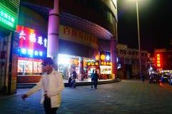 Shenzhen, China: Nachtstraßenbild Lizenzfreie Stockfotos
