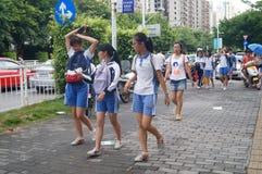 Shenzhen, China: os estudantes da escola secundária vão em casa na casa da maneira Imagens de Stock