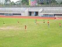 Shenzhen, China: os estudantes fêmeas estão jogando o futebol Fotos de Stock Royalty Free