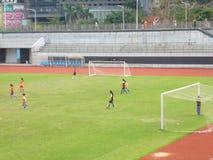 Shenzhen, China: os estudantes fêmeas estão jogando o futebol Fotografia de Stock Royalty Free