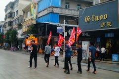 Shenzhen, China: os jovens para aumentar a bandeira da propaganda do Internet, publicidade livram o Internet Fotos de Stock