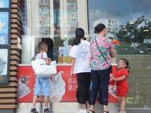 Shenzhen, China: Os restaurantes, as crianças e as mulheres do ` s de McDonald estão comprando o alimento Fotografia de Stock