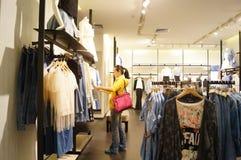 Shenzhen, China: paisagem do interior da loja de roupa Imagem de Stock