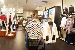 Shenzhen, China: paisagem do interior da loja de roupa Fotografia de Stock