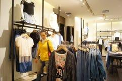 Shenzhen, China: paisagem do interior da loja de roupa Foto de Stock