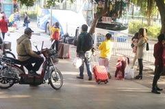 Shenzhen, China: Paisagem nova chinesa do tráfego da casa do ano antes Imagens de Stock