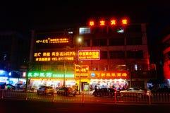 Shenzhen, China: paisaje de la noche de la calle Imágenes de archivo libres de regalías