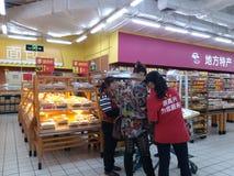 Shenzhen, China: Paisaje del interior de Wal-Mart Fotos de archivo libres de regalías