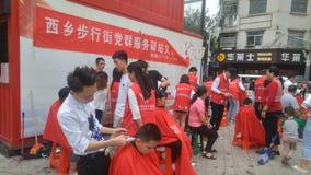 Shenzhen, China: partij en groeps de benzinestations bieden vrije kapsels voor burgers aan royalty-vrije stock foto