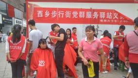 Shenzhen, China: partij en groeps de benzinestations bieden vrije kapsels voor burgers aan royalty-vrije stock afbeeldingen