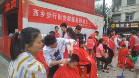 Shenzhen, China: partij en groeps de benzinestations bieden vrije kapsels voor burgers aan stock foto