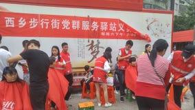 Shenzhen, China: partij en groeps de benzinestations bieden vrije kapsels voor burgers aan stock foto's