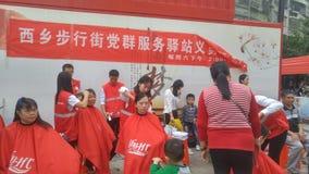 Shenzhen, China: partij en groeps de benzinestations bieden vrije kapsels voor burgers aan stock fotografie