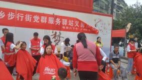 Shenzhen, China: partij en groeps de benzinestations bieden vrije kapsels voor burgers aan stock afbeelding
