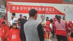 Shenzhen, China: partij en groeps de benzinestations bieden vrije kapsels voor burgers aan stock afbeeldingen