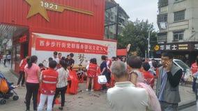 Shenzhen, China: partij en groeps de benzinestations bieden vrije kapsels voor burgers aan royalty-vrije stock foto's