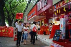 Shenzhen, China: promociones de la tienda del teléfono móvil Imagenes de archivo