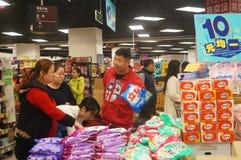 Shenzhen, China: Promociones del supermercado del EÓN Fotos de archivo libres de regalías