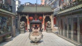 Shenzhen, China: queme el incienso y adore a Buda en el templo imágenes de archivo libres de regalías