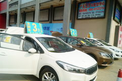 Shenzhen, China: reivindicações de propaganda das auto vendas que o carro novo será somente 20 mil yuan a conduzir em casa Fotografia de Stock Royalty Free