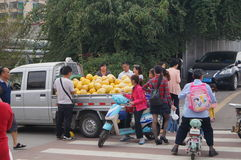 Shenzhen, China: roadside stalls sell grapefruit Stock Images