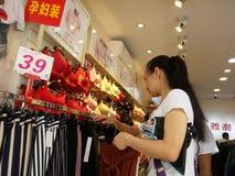 Shenzhen, China: ropa interior de la compra de las mujeres jovenes Imágenes de archivo libres de regalías