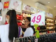 Shenzhen, China: ropa interior de la compra de las mujeres jovenes Imagen de archivo