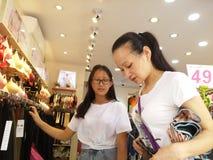 Shenzhen, China: ropa interior de la compra de las mujeres jovenes Fotografía de archivo
