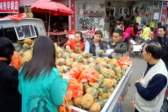 Shenzhen, China: sell pineapples Stock Photography