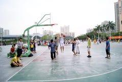 Shenzhen China: speel basketbal Stock Foto