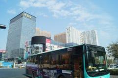 Shenzhen, China: Stadtstraßenverkehr und Landschaftsarchitektur Stockfotografie