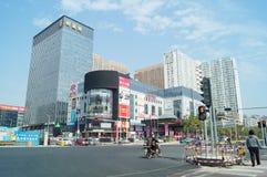Shenzhen, China: Stadtstraßenverkehr und Landschaftsarchitektur Lizenzfreies Stockbild