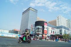 Shenzhen, China: Stadtstraßenverkehr und Landschaftsarchitektur Lizenzfreie Stockfotografie