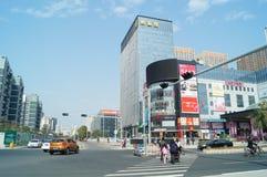 Shenzhen, China: Stadtstraßenverkehr und Landschaftsarchitektur Stockbild