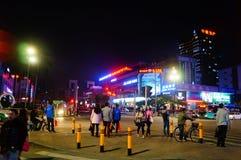 Shenzhen, China: Straßennachtlandschaft Lizenzfreie Stockfotos