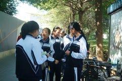 Shenzhen, China: Studenten in der Schule auf seinem Heimweg Stockfoto