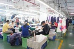 Shenzhen, China: taller de la fábrica de la ropa Fotografía de archivo
