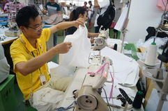 Shenzhen, China: taller de la fábrica de la ropa Foto de archivo libre de regalías