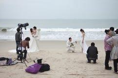 SHENZHEN, CHINA, 2011-11-26: Talrijke Chinese paren in huwelijk Royalty-vrije Stock Fotografie