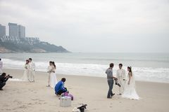 SHENZHEN, CHINA, 2011-11-26: Talrijke Chinese paren in huwelijk Stock Fotografie