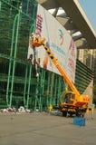 Shenzhen, China: trabajadores en el retiro de las muestras de publicidad Imagen de archivo
