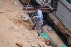 Shenzhen, China: Trabajadores que instalan los tubos de agua Fotos de archivo libres de regalías