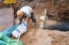 Shenzhen, China: Trabajadores que instalan los tubos de agua Fotografía de archivo libre de regalías